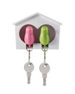Nyckelringar med sparvar och fågelhus med väggfäste